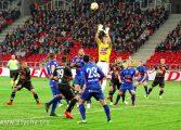 Piłka nożna: Przegrana przy milczących trybunach [foto]