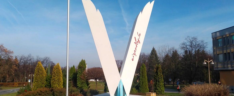 Pomnik Niepodległości już stoi, w niedzielę oficjalne odsłonięcie [FOTO]