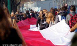Uczniowie szkół przemaszerowali ze 100-metrową flagą [FOTO]
