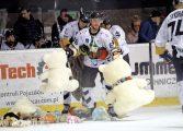 Hokej: Skromna wygrana tyszan. Po bramce Aleksandra Szczechury pluszaki poleciały na taflę [foto]