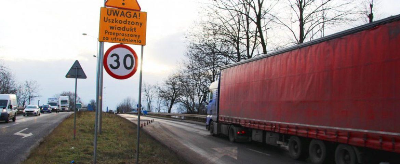 Wiadukt na ul. Mikołowskiej przy dworcu PKP zawężony